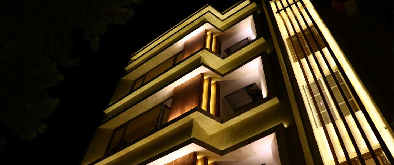 طراحی و اجرای نمای ساختمان به همراه نورپردازی خاص توسط شرکت چوب و چکش