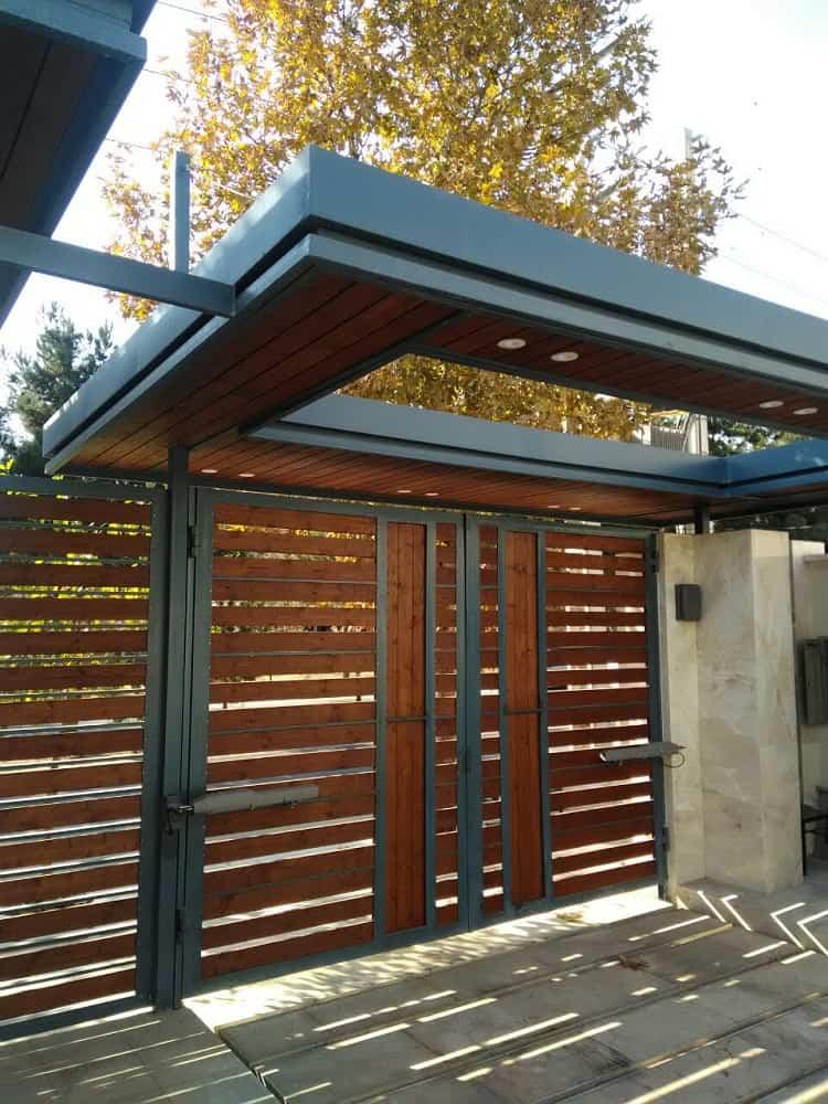 سر درب ساخته شده برای ویلا توسط شرکت چوب و چکش
